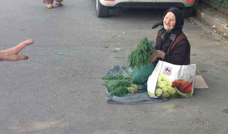 Bunicuța care a frânt inimile a mii de români. Nu acceptă bani de pomana, imploră oamenii să cumpere mărar pentru a mai putea trăi încă o zi